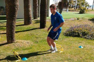 entrenamiento de fútbol en césped natural